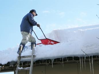 平屋屋根の雪下ろし状況