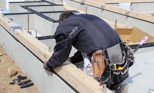 木造土台を施工する大工さん