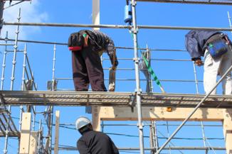 木構造を組み立てる大工さん